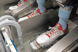 Damit der Schuh auch wirklich trocken bleibt, wird er von Gore-Tex ausgiebig im Wasserbad getestet. (Foto: Gore-Tex)