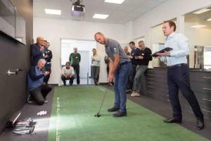 ET-Profi Bernd Ritthammer nahm das Putting Performance Center mit kritischem Auge unter die Lupe. (Foto: Caledonia)