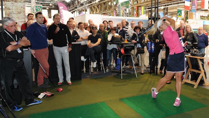 Der Spielerstar auf der Rheingolf 2017. Die Profispielerin Sandra Carlborg aus Schweden ist vierfache Longdrive–Weltmeisterin. Sie schlägt den Golfball mit 357 Metern fast doppelt so weit wie eine Amateurspielerin. (Foto: Klaus Voit)