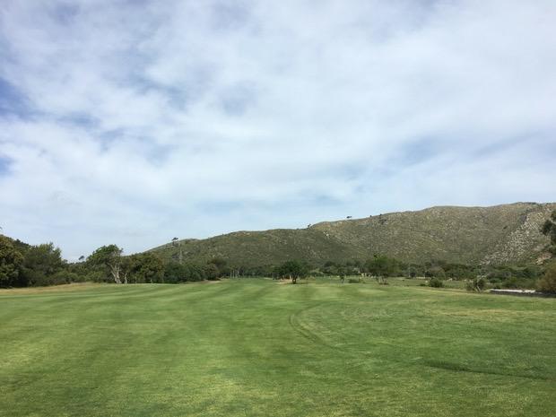 Breite Fairways mit Blick auf eine Bergkette dominieren die ersten Löcher. (Foto: Golf Post)