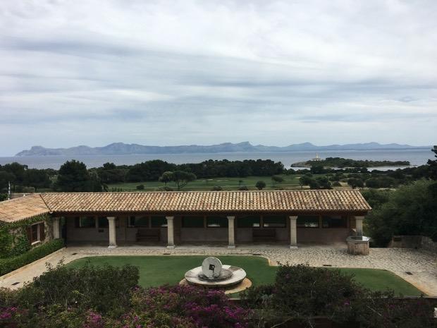 Ausblick von der Terrasse auf die Bucht von Alcudia. (Foto: Golf Post)