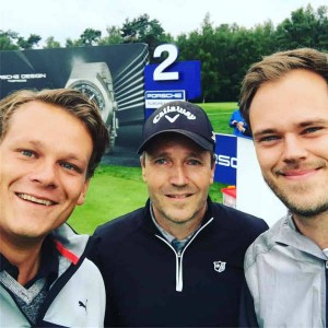 Die beiden Gewinner des Porsche Generations Cup und Golf Post Redakteur Robin Bulitz (li.) spielten/schwammen gemeinsam über den Platz. (Foto: Golf Post)