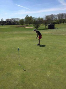 Putt um Putt spielte Tanja während des TaylorMade Golfball Produkttests. (Foto: Tanja Kränzle)