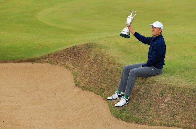 """Größer kann die Bühne für den eigenen Golfschuh kaum sein: Der """"Spieth One"""" im Moment des Triumphs. (Foto: getty Images)"""