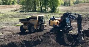 Schweres Gerät: GolfCity errichtet den Platz und scheut keine Anstrengungen. (Foto: GolfCity)