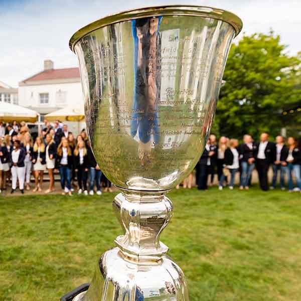 Da ist das Ding! Der Pokal der Herren bleibt auch im dritten Jahr in Folge in Hubbelrath. (Foto: DGV/Tiess)