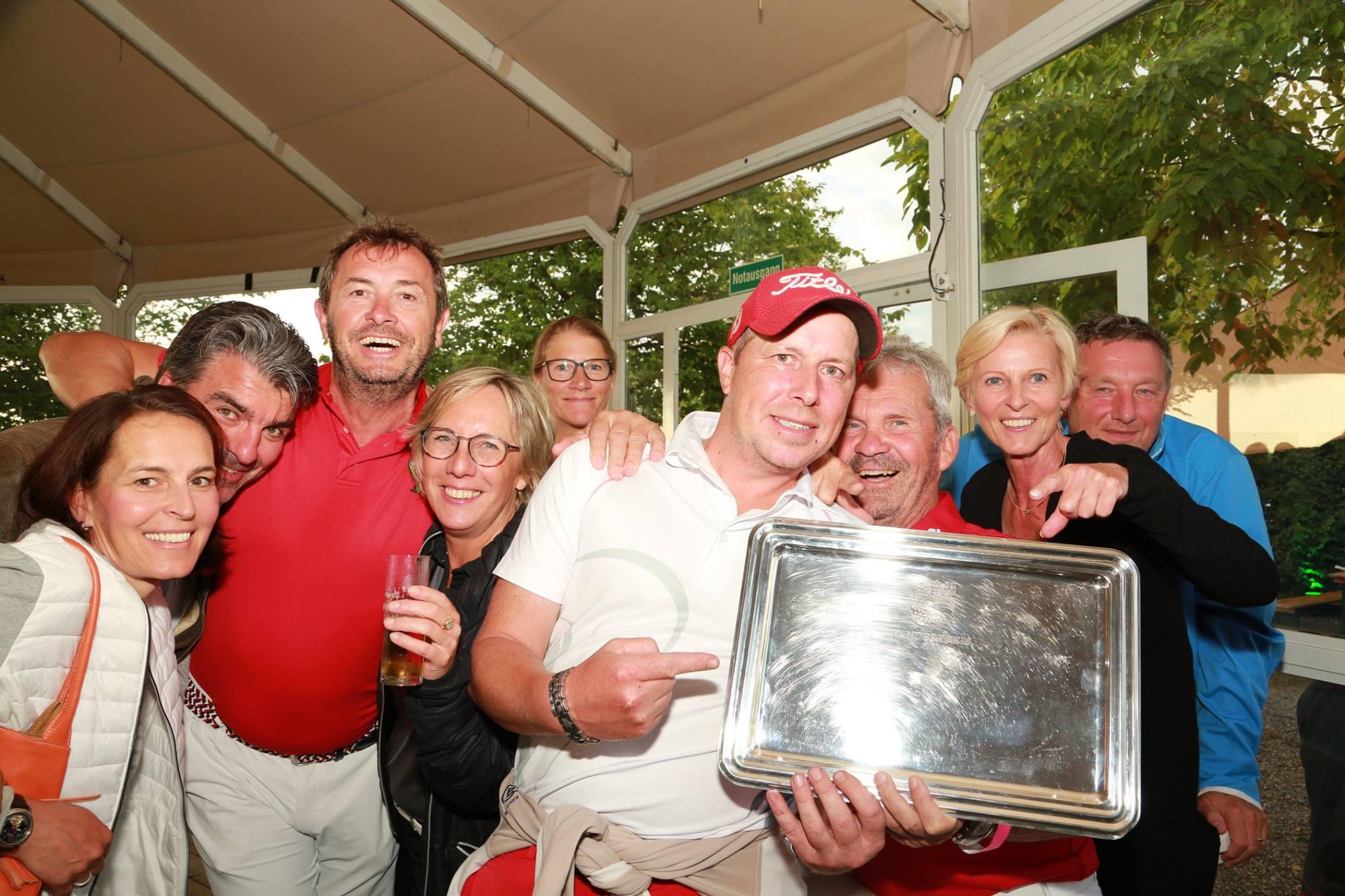 Die linksrheinischen Gewinner mit dem Wanderpokal (Foto: GC Lüderich)