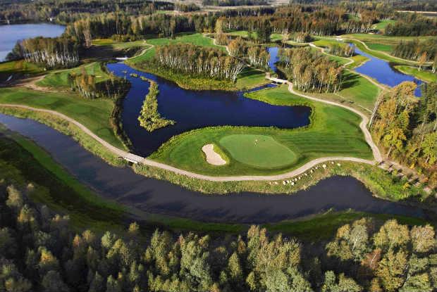 "Wasser, Wälder und extrem enge Bahnen fordern dem Golfer im ""The V Golf Club"" alles ab. (Foto: The V Golf Club)"