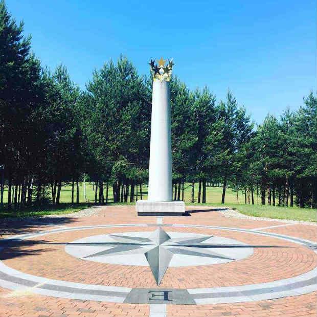 Das geografische Zentrum Europas wird mit einem kleinen Denkmal inmitten des Golfplatzes gekennzeichnet. (Foto: Golf Post)