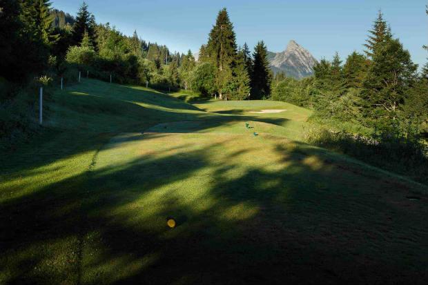 Inmitten von waldigem Bergpanorama geht es in Gstaad zur Sache. (Foto: Golfclub Gstaad-Saanenland)