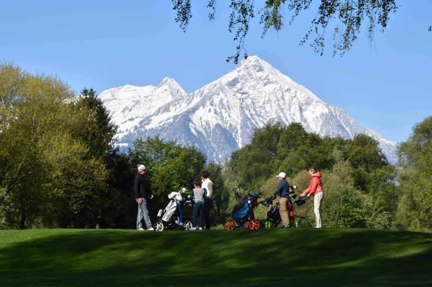 Schneebedeckte Berge am Abschlag sind in der Schweiz keine Seltenheit. (Foto: Golf Club Interlaken-Unterseen)