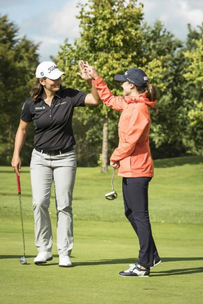 Karolin Lampert (re.) und die Golf Post Leserin hatten sichtlich Spaß auf der Runde. (Foto: Mercedes-Benz Golf)