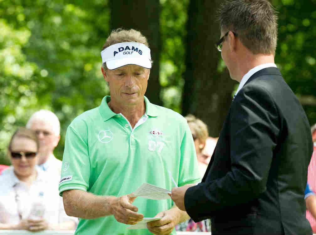 Frank Neumann übergibt Bernhard Langer seine Scorekarte. (Foto: Frank Neumann)