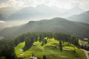 Der 9-Loch Golfplatz des Kulm Hotel St. Moritz eingebettet in die Natur.