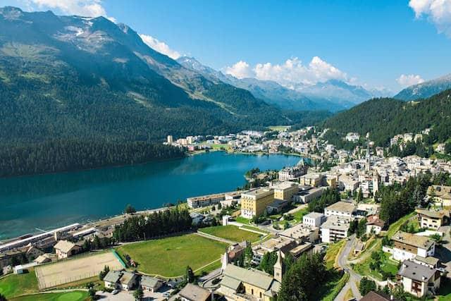 Die Aussicht vom Balkon des Kulm Hotel St. Moritz direkt auf den St. Moritzersee.