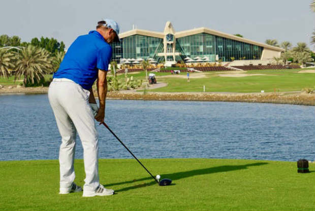 Der Falke des Abu Dhabi Golf Clubs thront majestätisch über dem 18. Loch. (Foto: Jürgen Linnenbürger)