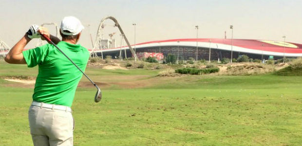 Golf spielen mit Blich auf die Ferarri World auf dem Yas Links Golf Course. (Foto: Jürgen Linnenbürger)