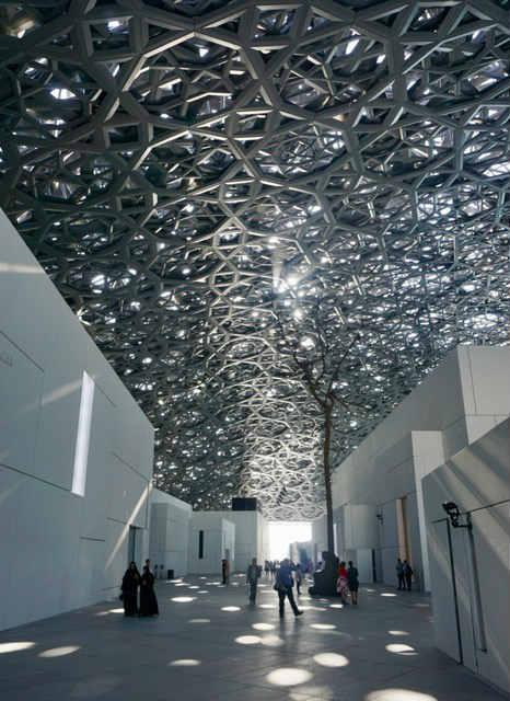 Lichterregen im Louvre Abu Dhabi. (Foto: Jürgen Linnenbürger)