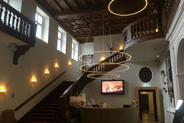 Einladend, oppulent und freundlich. Eindrücke, die man beim Empfang im Schlosshotel Fleesensee macht. (Foto: Golf Post)