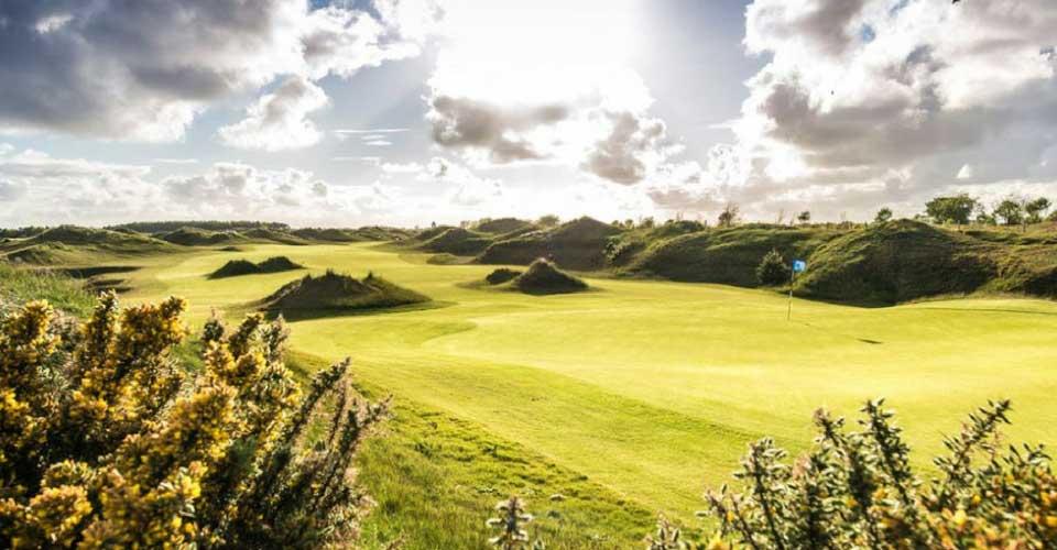 """Der Golf Club Föhr verlangt Golfern einiges an Können ab, aber dennoch ist der Platz optisch ein wahrer """"Hingucker"""". Golfen mit Meerblick ist hier aber eher schwierig. Es sind lediglich einige Minuten zu Fuß bis zum Strand. (Foto: GC Föhr)"""
