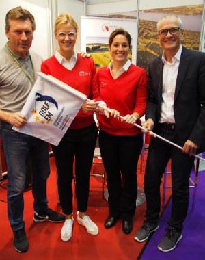 Auf der HanseGolf Messe verkündeten DGV-Sportvorstand Marcus Neumann (re.) und die A-Rosa Golfdirektorin (2. v. li.) die frohe Kunde. (Foto: A-Rosa)