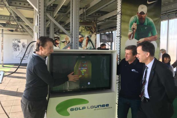 Der Inhaber der Golf Lounge in Hamburg, Peter Merck (2. v. re.) präsentiert das neue TrackMan Range System und will damit in eine rosige Zukunft starten. (Foto: Golf Post)