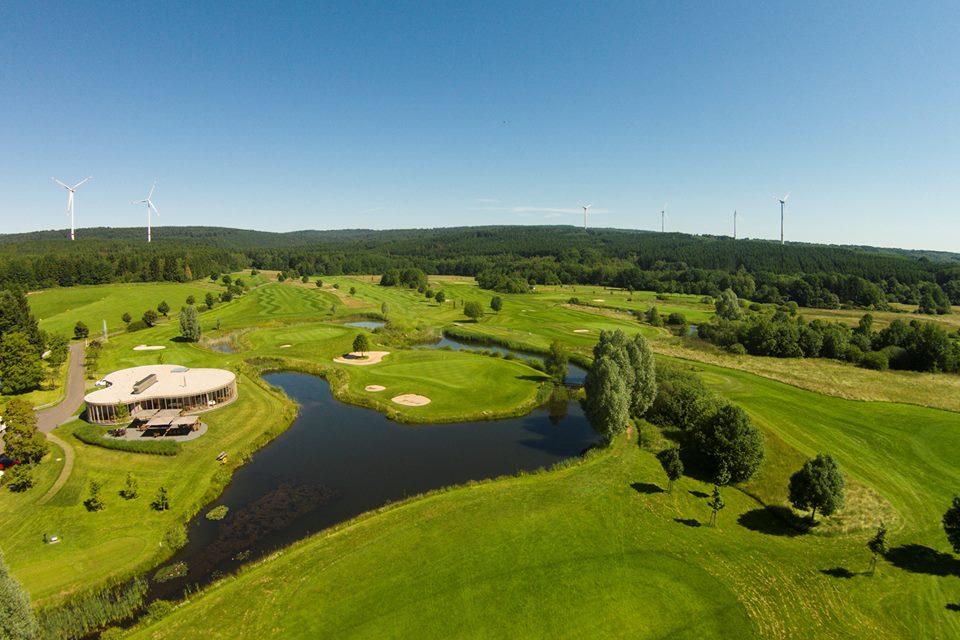 Das No. 10 Restaurant (links im Bild) im Golfclub Bostalsee (Foto: facebook..com/Golfpark.Bostalsee)
