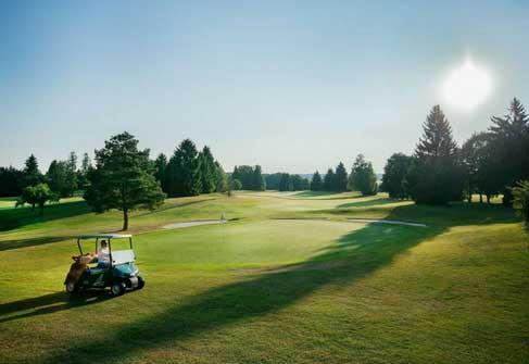 """Golf in München. Mit atemberaubenden Aussichten """"kämpfen"""" die Golfer hierzulande und haben exzellente Plätzen. welche darauf warten von Ihnen entdeckt zu werden. (Foto: Münchener GC)"""