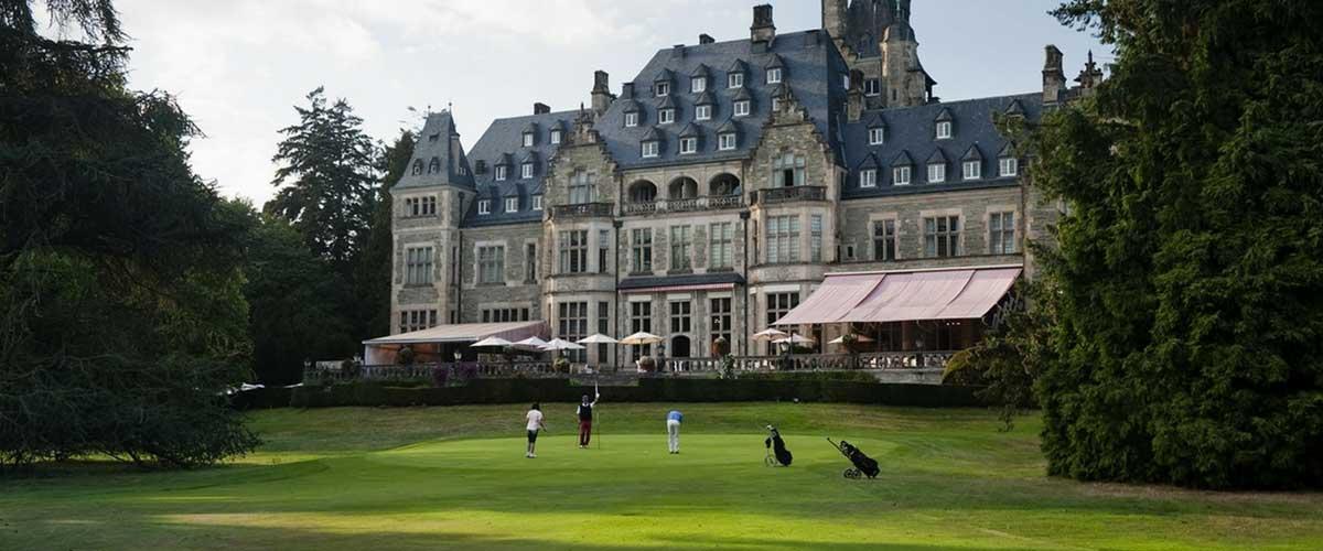 Auf dem Golf Club Kronberg beeindruckt nicht nur der Platz an sich, sondern vor allem auch das imposante Schlosshotel. (Foto: Golf Club Kronberg)