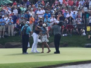 Jason Day freut sich gemeinsam mit seiner Familie nach dem Sieg. (Foto: Golf Post)