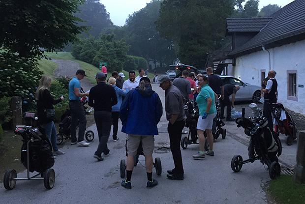 Früh morgens kommen die Teilnehmer zusammen. (Foto: Jan Heidemann)