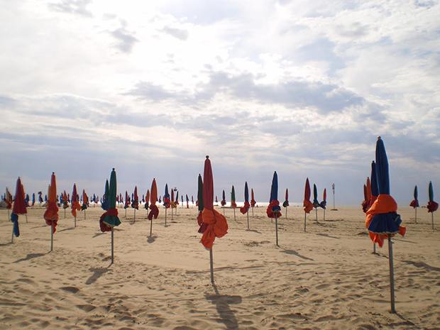 Der Strand von Deauville. (Foto: Maeggie McNulty)