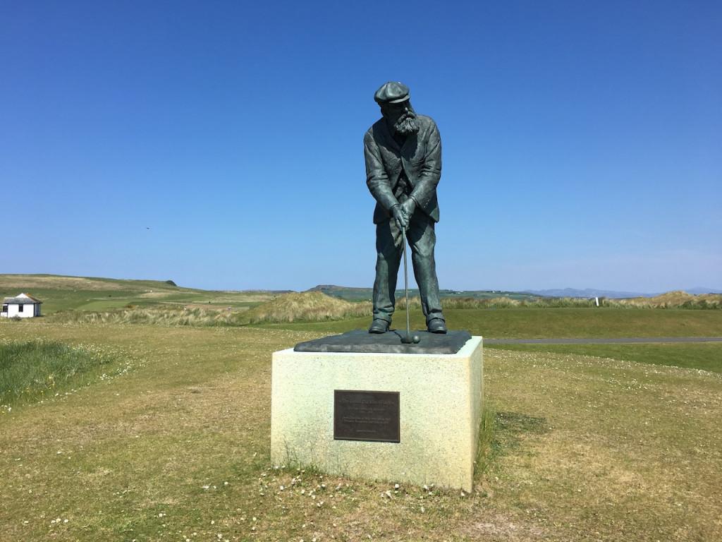 Über dem 18. Grün neben dem Clubhaus thront eine Statue von Old Tom Morris (Foto: Golf Post)