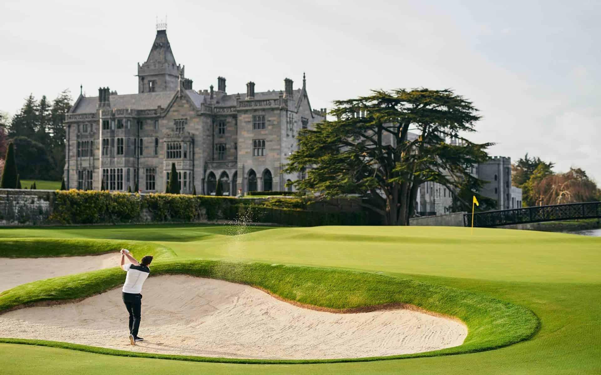 """Und immer wieder wartet im """"Adare Manor Golf Club"""" das imposante Schloss auf die Spieler. (Foto: Adare Manor Golf Club)"""