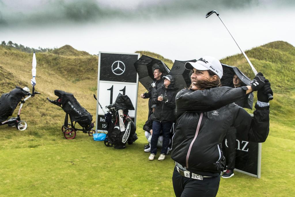 Karo Lampert und die Finalisten trotzten dem Wetter beim Nearest-to-the-Pin-Wettbewerb (Foto: Mercedes-Benz)