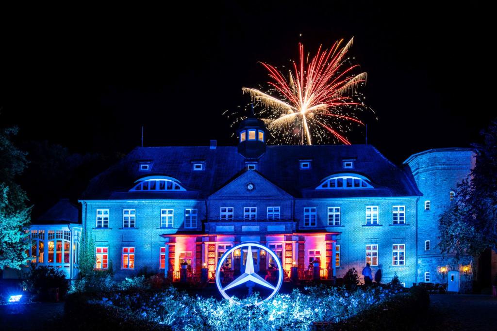 Mit einem Feuerwerk im Schlossgarten vom Schloss Basthorst endete das AWGC Plus Finale am Samstag. (Foto: Mercedes-Benz)