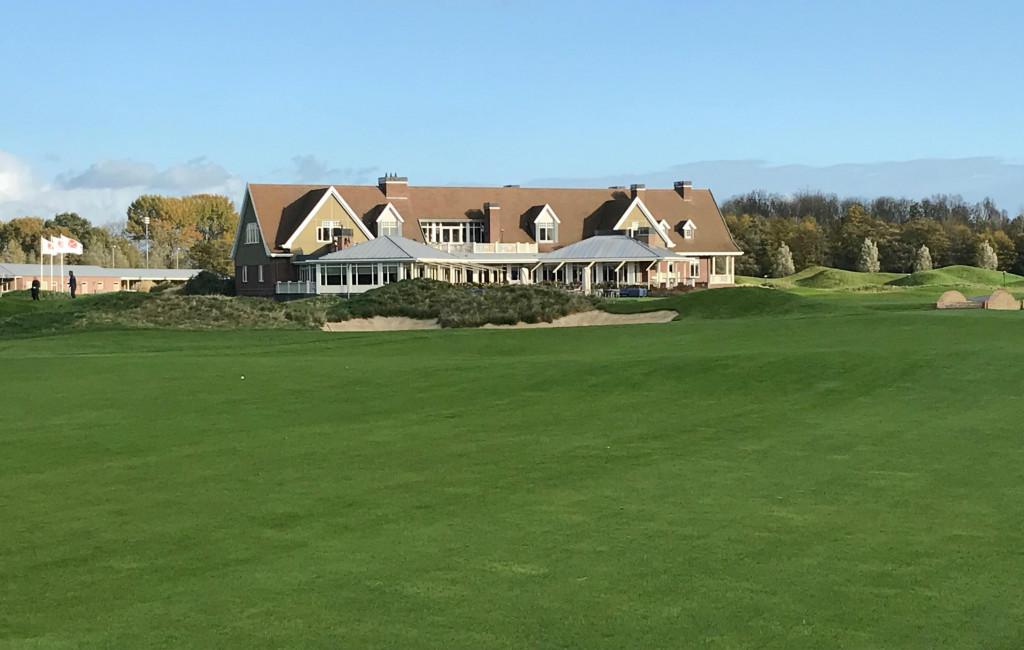 Blick vom 18. Fairway auf das Clubhaus. (Foto: Golf Post)