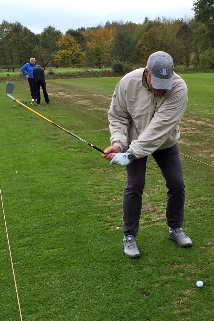 Findungsprozess: Auf der Range des Golf Club Hamburg Holm arbeitet sich der Autor durch die Schlägerpalette von Honma. (Foto: Michael F. Basche)