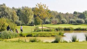 Der See und die Fairways harmonieren besonders gut auf Bahn 7 des Nordplatzes. (Foto: Golf & More)
