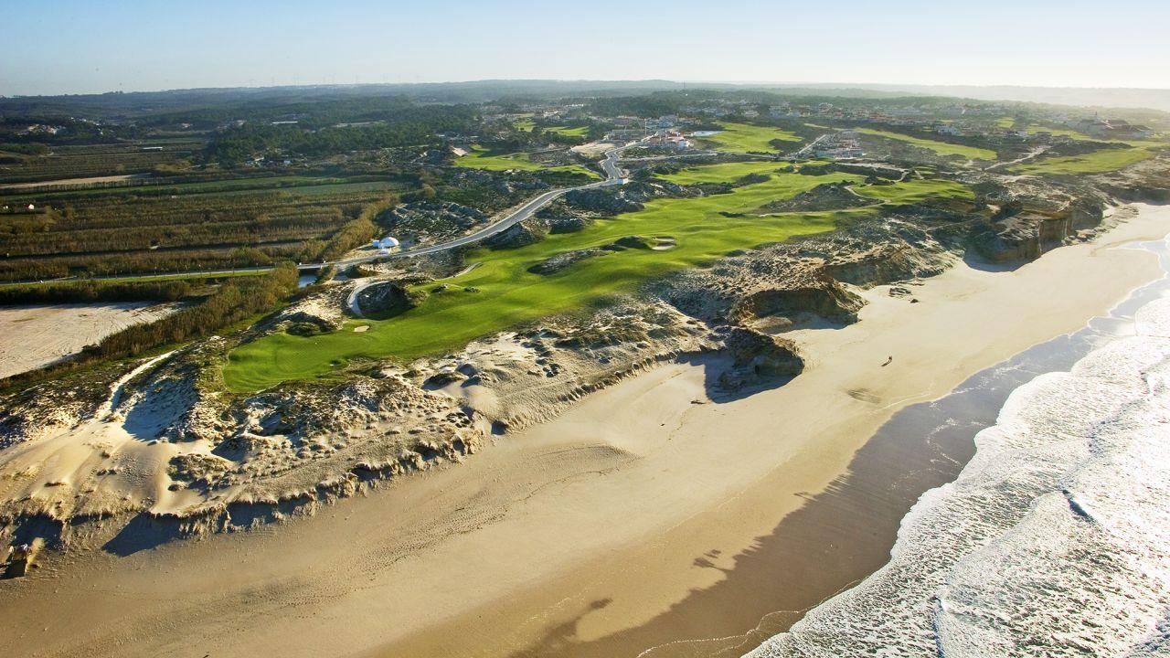 Direkt am Meer warten mit dem West Cliffs Links Course und dem Praia D'el Rey zweider besten Plätze Europas. (Foto: West Cliffs Golf)