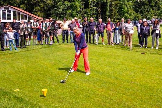 Goldener Ball: Ex-Tour-Spielerin Martina Eberl beim Eröffnungsabschlag. Foto: Golfanlage Patting-Hochriesblick