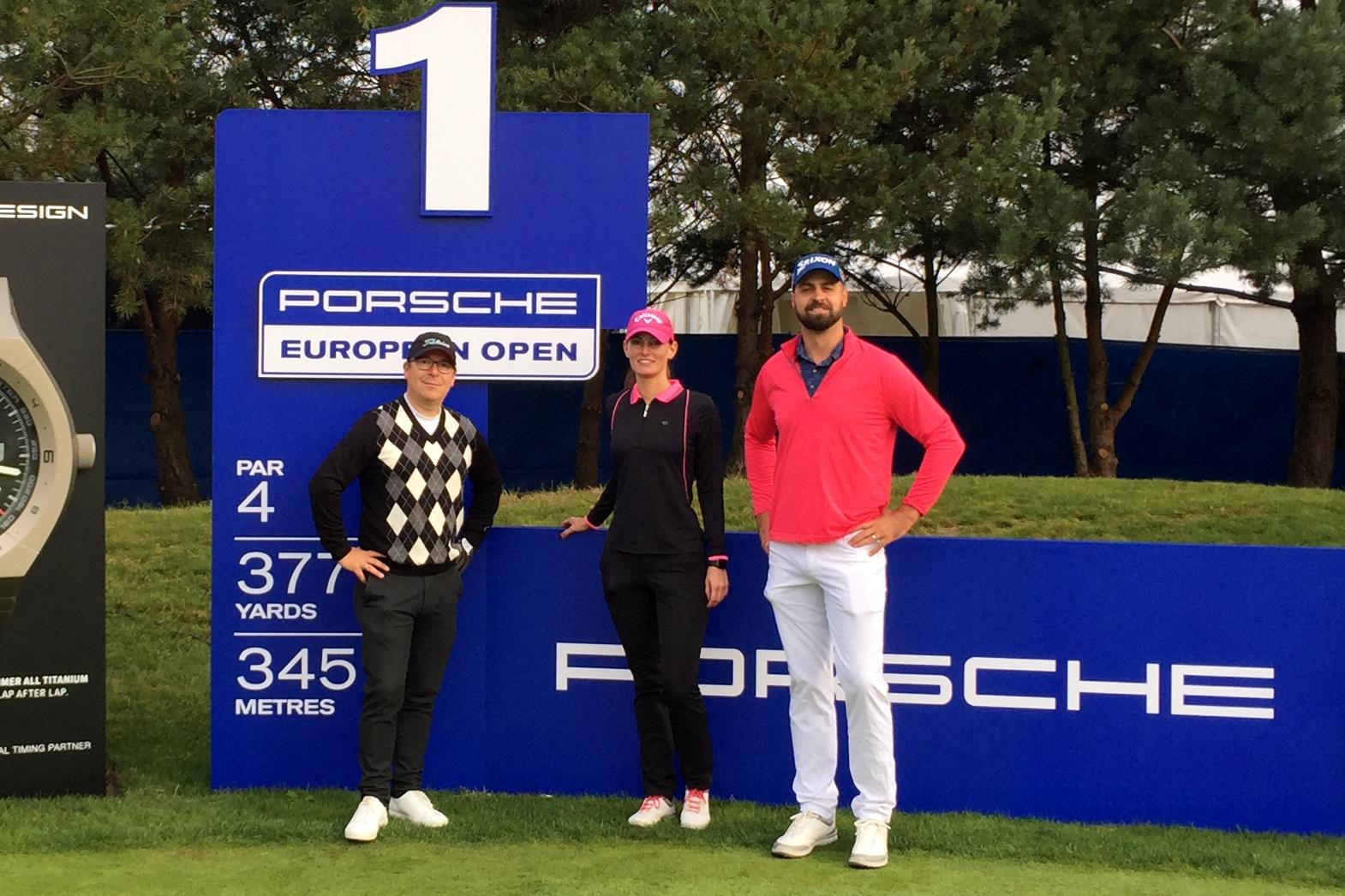 """""""Die Drei vom Porsche Nord Course"""": Oliver, Christina und Tomi am ersten Abschlag der Runde im Turnier-Trimm. Foto: Michael F. Basche"""