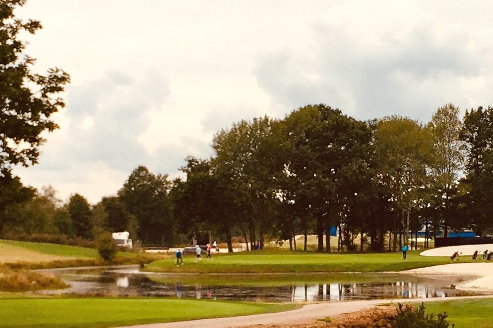 Magisch und malerisch: Die 17, das Par 3 auf der ellenlangen Schlussstrecke des Porsche Nord Course der Green Eagle Golf Courses. Foto: Michael F. Basche