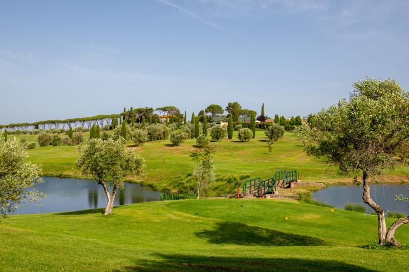 Abschlag mit Blick über die sechste Bahn des Golf Clubs Toscana (Foto: Il Pelagone Hotel & Golf Resort)