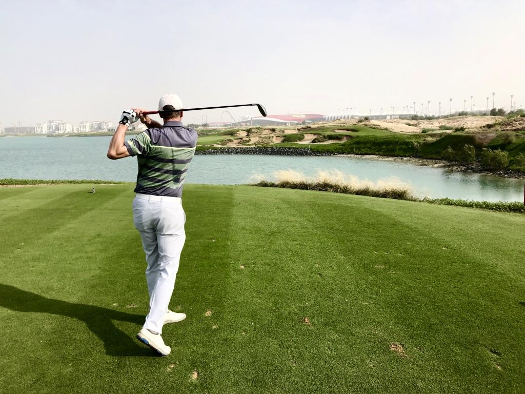 ( Foto Jürgen Linnenbürger: 17. Abschlag des 'Yas Links' Golf Course mit Ferrari World)