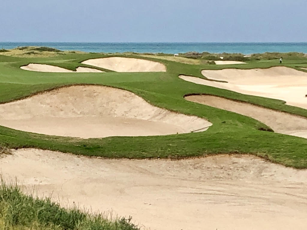 (Foto Jürgen Linnenbürger: Bunkerlandschaft des 'Saadiyat Beach Golf Clubs')