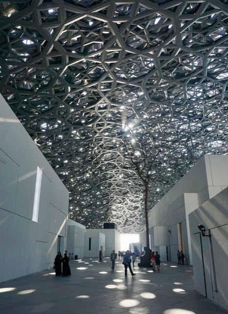 (Foto Jürgen Linnenbürger: Beeindruckender Lichtregen im 'Louvre Abu Dhabi')