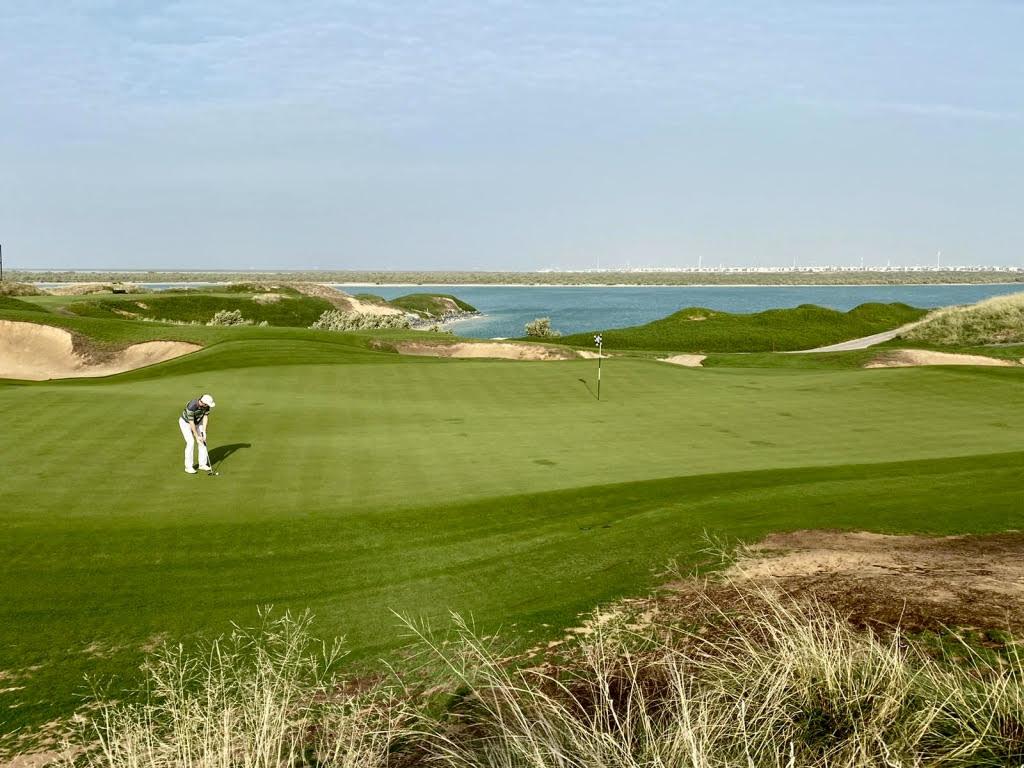 ( Foto Jürgen Linnenbürger: Riesige Grüns auf dem 'Yas Links' Golf Course)