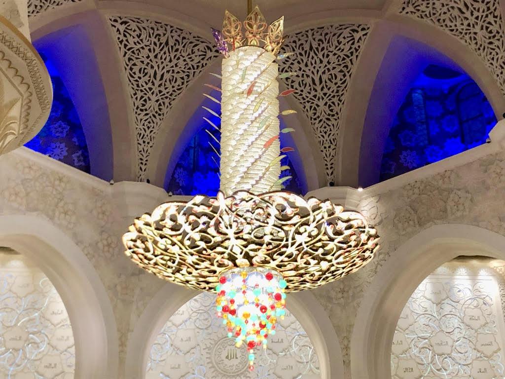 (Foto Jürgen Linnenbürger: Kronleuchter in der Sheikh-Zayed-Moschee)