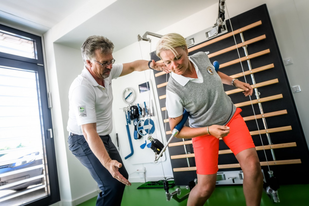 """Golfspezifisches Aufbautraining: """"medicoreha""""-Chef Dr. Dieter Welsink mit einer Reha-Patientin. (Foto: medicoreha/Facebook)"""